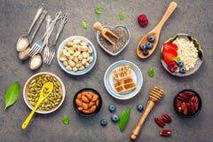 Ingredienti per i dadi misti del fondo sano degli alimenti, miele, immagine stock