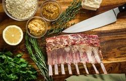 Ingredienti per il carrè di agnello arrostito Fotografia Stock