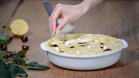 Ingredienti per il dolce bollente farcito con la crostata di ciliege fresca Crostata di ciliege preparante femminile stock footage