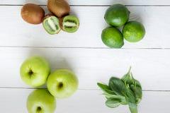 Ingredienti per il frullato Frutti verdi su fondo di legno bianco Apple, calce, spinaci, kiwi detox Alimento sano Vista superiore Fotografia Stock