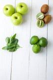 Ingredienti per il frullato Frutti verdi su fondo di legno bianco Apple, calce, spinaci, kiwi detox Alimento sano Vista superiore Immagine Stock Libera da Diritti