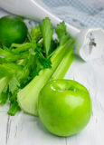 Ingredienti per il frullato verde con la mela, il sedano e la calce Immagine Stock Libera da Diritti