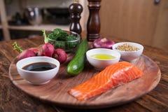 Ingredienti per insalata con il salmone arrostito ed il ravanello Immagini Stock