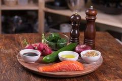 Ingredienti per insalata con il salmone arrostito ed il ravanello Immagine Stock