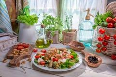 Ingredienti per l'insalata di Caesar casalinga Fotografia Stock
