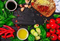 Ingredienti per la cottura dei cavoletti di Bruxelles con il pomodoro ed il formaggio Immagine Stock