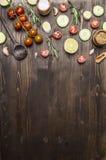 Ingredienti per la cottura dei cucchiai di legno dell'alimento vegetariano, pomodori ciliegia, aneto, prezzemolo, confine del pep Fotografie Stock