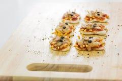 Ingredienti per la cottura del fumetto della pizza sulla tavola di legno Fotografie Stock