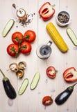 Ingredienti per la cottura dell'insalata vegetariana con i pomodori, l'intero pepe, il peperone dolce rosso, il mais, i cetrioli  Fotografia Stock