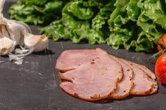 Ingredienti per la cottura della Bruschetta italiana sulla tavola scura E fotografia stock