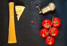 Ingredienti per la cottura della pasta su fondo scuro Pagina di alimento biologico Il concetto di alimento vegetariano e della di immagini stock