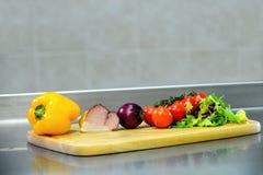 Ingredienti per la cottura su un bordo di legno Fotografia Stock