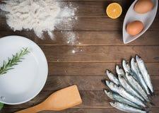 Ingredienti per la frittura delle sardine Immagine Stock