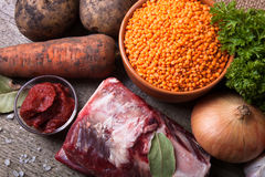 Ingredienti per la minestra di verdura della Turchia con le lenticchie rosse, trovantesi sopra Immagine Stock