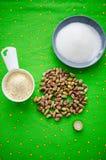 Ingredienti per la pasta del pistacchio fotografia stock