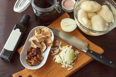 Ingredienti per la patata fritta o bollita con i funghi e la cipolla Fotografia Stock