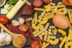 Ingredienti per la preparazione della pasta Cottura dei piatti della pasta Un piatto tradizionale di pasta Pasti di dieta sana Immagini Stock Libere da Diritti