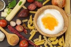 Ingredienti per la preparazione della pasta Cottura dei piatti della pasta Un piatto tradizionale di pasta Pasti di dieta sana Fotografia Stock Libera da Diritti
