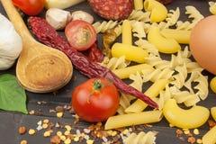Ingredienti per la preparazione della pasta Cottura dei piatti della pasta Un piatto tradizionale di pasta Pasti di dieta sana Immagine Stock Libera da Diritti