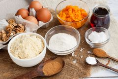 Ingredienti per la torta di zucca con cioccolato immagini stock