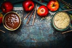 Ingredienti per le mele del cioccolato zuccherato che fanno sul baground scuro di legno rustico immagine stock libera da diritti
