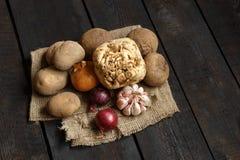 Ingredienti per minestra o insalata: cipolla, aglio, aneto, patata, barbabietola Fotografia Stock