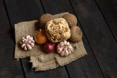 Ingredienti per minestra o insalata: cipolla, aglio, aneto, patata, barbabietola Immagine Stock Libera da Diritti