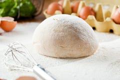 Ingredienti per pasta sulla tavola di legno bianca Fine in su immagini stock