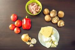 Ingredienti per pizza sulla tavola di legno Raccordo del pollo, funghi, pomodori Concetto dei prodotti ecologici per cucinare Fotografie Stock Libere da Diritti