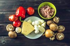 Ingredienti per pizza sulla tavola di legno Raccordo del pollo, funghi, pomodori Concetto dei prodotti ecologici per cucinare Fotografie Stock