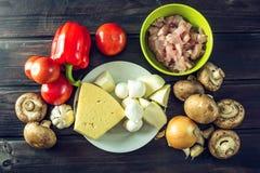 Ingredienti per pizza sulla tavola di legno Raccordo del pollo, funghi, pomodori Concetto dei prodotti ecologici per cucinare Fotografia Stock
