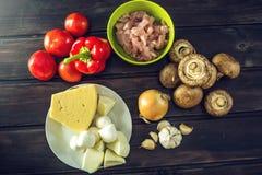 Ingredienti per pizza sulla tavola di legno Raccordo del pollo, funghi, pomodori Concetto dei prodotti ecologici per cucinare Fotografia Stock Libera da Diritti