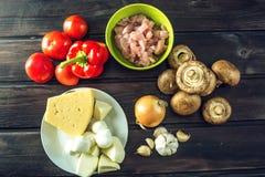 Ingredienti per pizza sulla tavola di legno Raccordo del pollo, funghi, pomodori Concetto dei prodotti ecologici per cucinare Immagine Stock Libera da Diritti