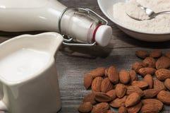 Ingredienti per preparare il latte della mandorla Fotografia Stock