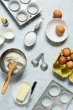 Ingredienti per produrre i bigné o i muffin fotografie stock