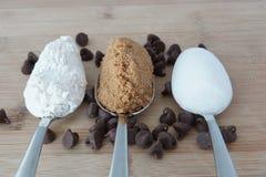 Ingredienti per produrre i biscotti di pepita di cioccolato Fotografie Stock