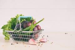 Ingredienti per salsa saporita dalle prugne rosse, aglio, coriandolo, aneto, pepe Tkemali georgiano su fondo bianco Autumn Cannin fotografie stock
