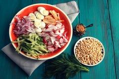 Ingredienti per un'insalata delle uova sul piatto rotondo Immagine Stock