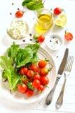 Ingredienti per un'insalata fresca con i pomodori Fotografia Stock