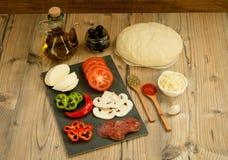 Ingredienti per una pizza del vegano Fotografia Stock