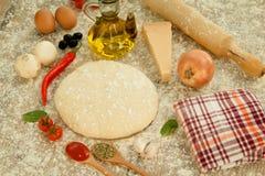Ingredienti per una pizza vegetariana Immagine Stock