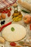 Ingredienti per una pizza vegetariana Fotografie Stock