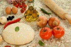 Ingredienti per una pizza vegetariana Fotografia Stock