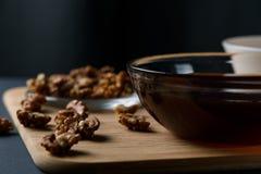 Ingredienti sani della prima colazione: miele, noci, farina d'avena su un fondo scuro fotografie stock libere da diritti