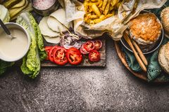 Ingredienti saporiti per l'hamburger del pollo su fondo rustico, vista superiore Immagine Stock Libera da Diritti