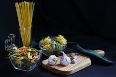 Ingredienti scuri della pasta dell'alimento del chiaroscuro immagine stock