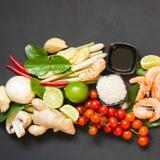 Ingredienti speciali per il kung piccante tailandese popolare di Tom-yum della minestra Calce, galanga, calce rossa del peperonci Fotografia Stock