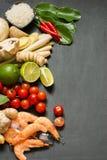 Ingredienti speciali per la calce piccante tailandese popolare del kung di Tom-yum della minestra, la galanga, la calce rossa del Fotografia Stock