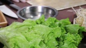 Ingredienti sul tavolo da cucina, verdure di recente affettate dei sushi archivi video