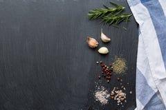 Ingredienti sulla tavola di pietra nera Immagini Stock